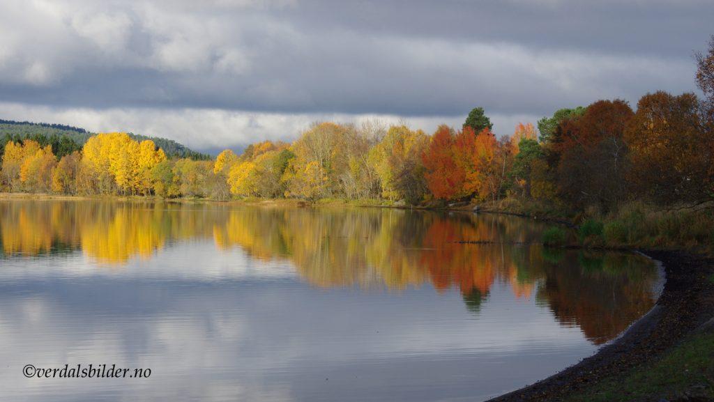 Fra Bunes og utover Leksdalsvatnet en vakker høstdag.