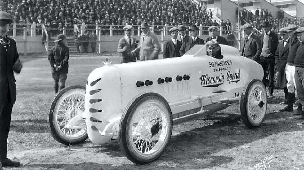 Sig. Haugdahl med sin selvbygde «Wisconsin Special» etter fartstriumfen på Daytona Beach i Florida i 1922.  FOTO: FRANKIEFLOOD.BLOGSPOT.NO